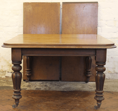 An early Victorian mahogany dining table £320